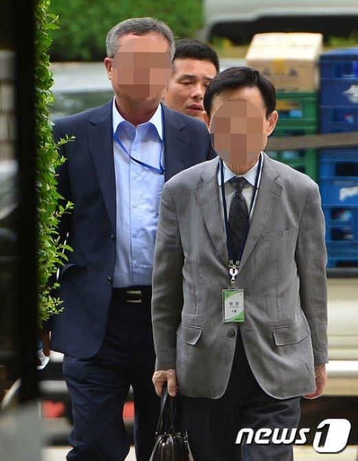 [사진]'옥시 가습기 살균제' 관련업체 대표 나란히 법원 출석