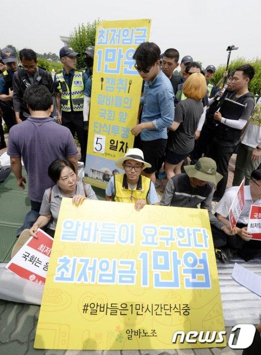 [사진]'최저임금 1만원 농성, 경찰과 대치'