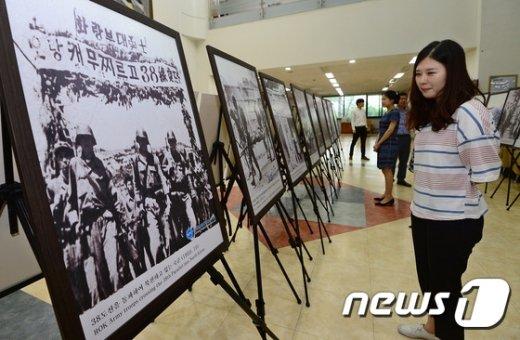 [사진]'6.25전쟁 사진 바라보는 시민들'