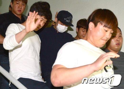 [사진]매니저 호위 속 퇴근하는 박유천
