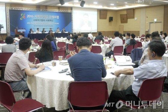 토론자들은 세계 최초로 SIB를 만든 영국의 사례와 국제 현황을 듣고 한국 사회금융과 투자에 대한 방안을 모색했다.