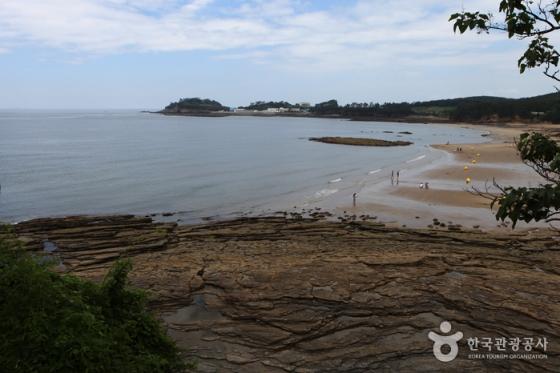 전북 부안군 변산면 격포리에 위치한 해수욕장. 마치 수만 권의 책을 쌓은 것 같은 수직암벽이 형성돼있다. /사진제공=한국관광공사