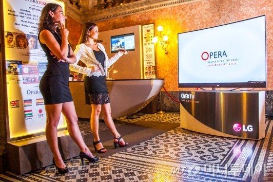 유럽의 한 오페라하우스에 전시된 LG전자 올레드 TV/사진제공=LG전자