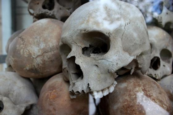 캄보디아 프놈펜에서 만나볼 수 있는 킬링필드 희생자들의 유골.