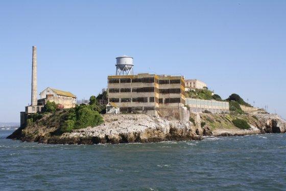 미국 샌프란시스코 앞바다에 있는 '악마의 섬'이라는 별명이 붙은 알카트라즈 섬. 교도소로 쓰인 이 곳은 현재는 관광지로 인기가 높다.