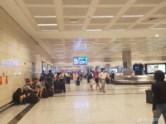 15일 저녁 터키 군부의 일부가 군사 쿠데타를 일으킨 가운데, 16일 새벽 터키 이스탄불 아타튀르크 국제공항 내 대합실에 발이 묶인 승객들이 불안한 마음으로 상황이 호전되기를 기다리고 있다./사진=이스탄불(터키) 강기준 기자