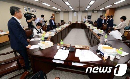 지난 15일 정부세종청사에서 최저임금위원회 제13차 전원회의가 열린 가운데 노동계를 대표하는 근로자위원 9명이 회의 도중 공익위원들의 독단적인 협상 진행과정을 받아들일 수 없다며 퇴장하고 았다.  © News1