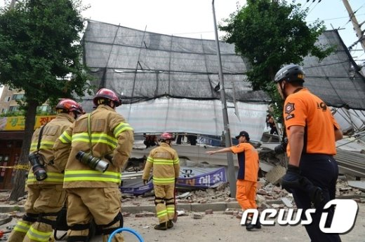 18일 오후 서울 서대문구 홍은동의 한 공사장에서 붕괴사고가 일어나 소방대원들이 구조작업을 벌이고 있다. 2016.7.18/뉴스1 © News1 민경석 기자