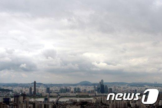 월요일인 25일 전국은 구름이 많고 오후에는 내륙지역을 중심으로 소나기가 오는 곳이 있겠다./뉴스1 © News1 이광호 기자