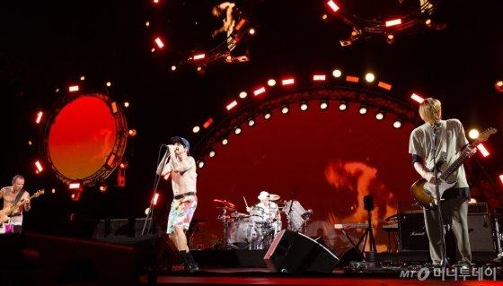 22일 오후 10시 '지산밸리 록페스티벌' 첫 헤드라이너로 무대에 선 레드핫칠리페퍼스. /사진제공=CJ E&M<br />