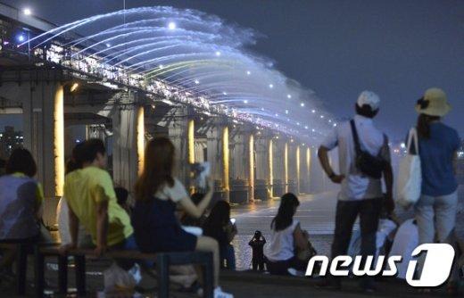 [사진]푹푹 찌는 열대야 '한강으로 나온 시민들'