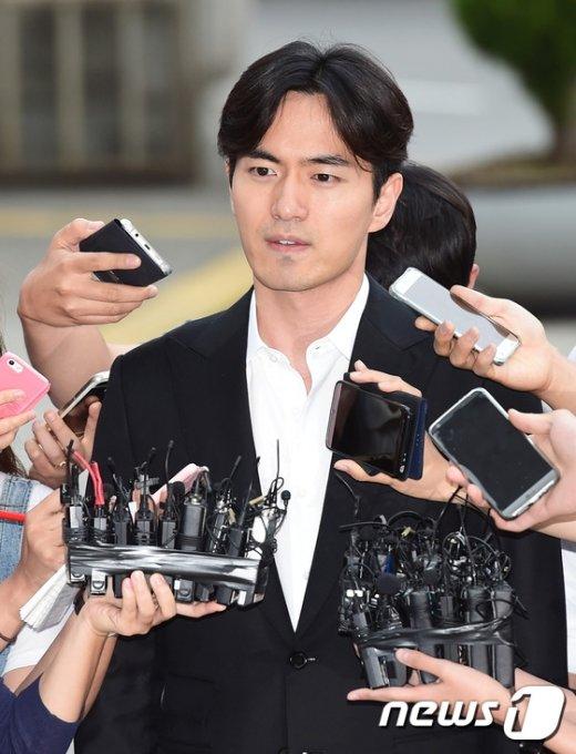 '성폭행 혐의'로 피소된 배우 이진욱(35)이 17일 오후 서울 수서경찰서로 조사를 받기 위해 출두하고 있다. © News1 권현진 기자
