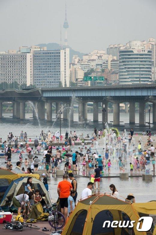 [사진]물놀이객들로 붐비는 여의도 물빛광장