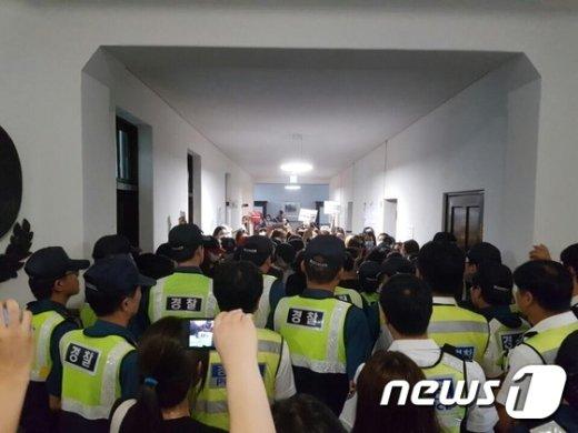 30일 오후 이화여대에 투입된 경찰관들이 학생들과 본관에서 대치하고 있다. (이대학보사 제공) 2016.7.30/뉴스1 © News1 김일창 기자