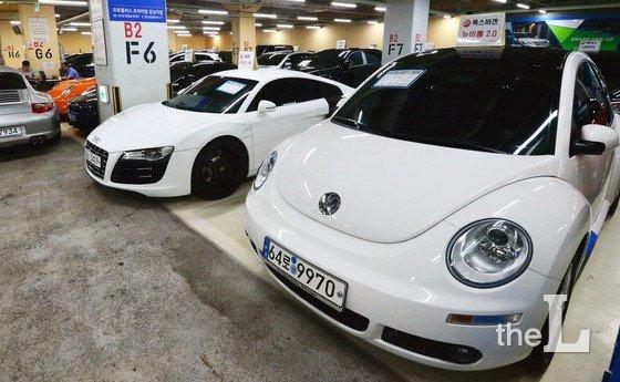 환경부가 배출가스 및 시험성적서 조작이 확인된 아우디 폭스바겐 79개 모델에 대한 인증 취소를 예고하자 해당 차량의 중고차 가격이 떨어지고 있다. SK엔카에 따르면 최근 6개월여간 폭스바겐 중고차 가격은 12% 가량 떨어져 같은 기간 BMW와 벤츠 중고차가 6~7% 시세 하락률을 보인 것과 비교할 때 두 배나 큰 수치를 보였다. 사진은 서울의 한 수입 중고차 매매시장 모습. /사진=뉴스1