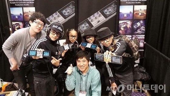 김희찬 대표가 지난해 미국의 세계 최대규모 종합 악기 행사 '남쇼'(NAMM SHOW)에 참가해 현지 직원들과 기념촬영을 하고 있다.