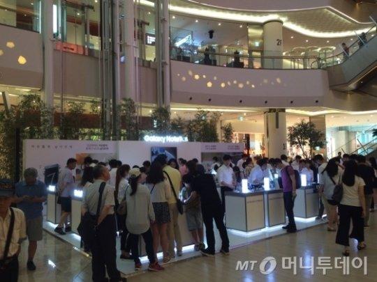 6일 오후 서울 송파구 롯데월드몰에 설치된 '갤럭시 노트7' 체험존에 소비자들이 붐비고 있다.(사진=이정혁 기자)