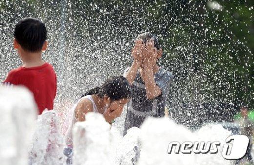 폭염이 지속된 전날 오후 서울시청 광장 바닥분수에서 아이들이 물놀이를 하며 더위를 식히고 있다.  기상청은 입추인 7일도 낮 최고 기온이 35도까지 치솟을 것으로 예보했다.