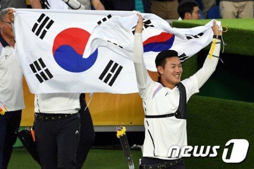 [사진]금메달 남자양궁 '태극기 들고'