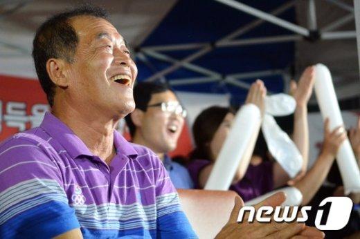 """[사진]""""진종오 화이팅""""...사격에 힘 불어넣는 아버지"""