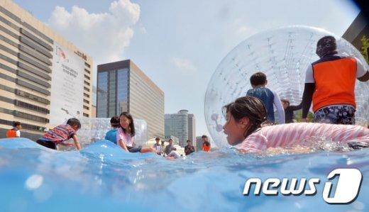 [사진]도로위에 만들어진 물놀이장
