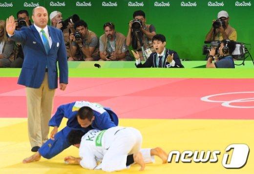 [사진]최민호 코치 '넘어 갔쟎아요!'