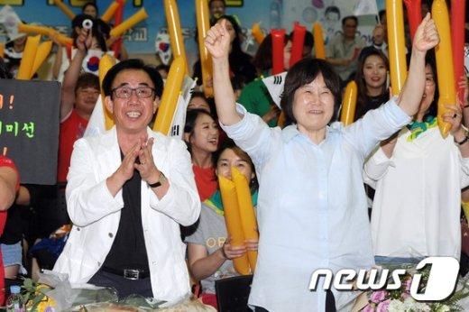 [사진]기보배 부모님 '단체전 금메달 만세'