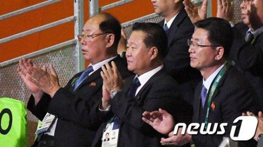 [사진]역도 엄윤철 응원하는 북한 최룡해 부위원장