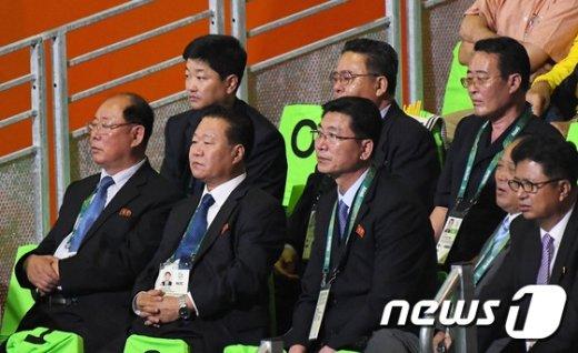 [사진]역도 관전하는 북한 최룡해 부위원장