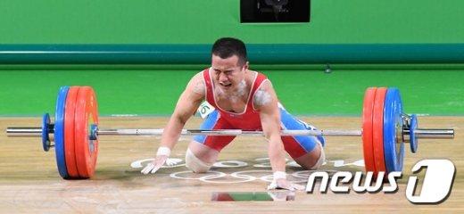 [사진]어깨부상으로 용상 2차 시기 실패한 북한 엄윤철