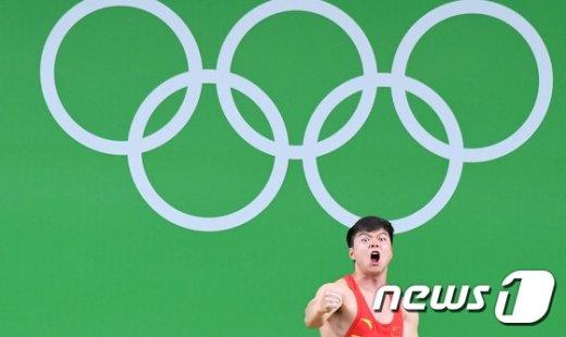[사진]역도 금메달 차지한 중국 룽칭취안...북한 엄윤철 은메달