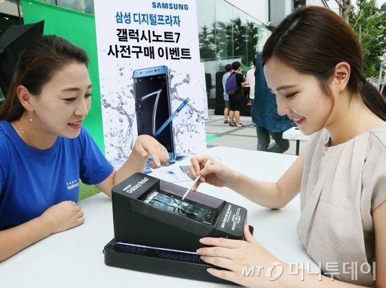 삼성전자 모델이 삼성 디지털프라자 홍대점에서 갤럭시 노트7의 특화 기능을 선보이고 있다.