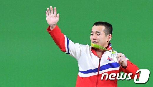 [사진]미소짓는 북한 엄윤철