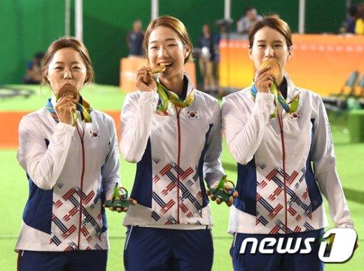 [사진]여자 양궁 '금메달에 입맞추고'