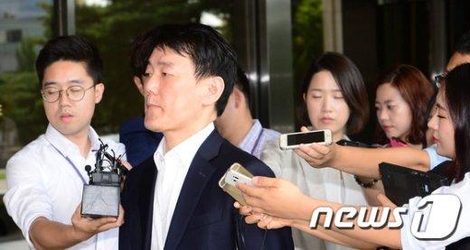 [사진]검찰에 출석하는 이장석 대표