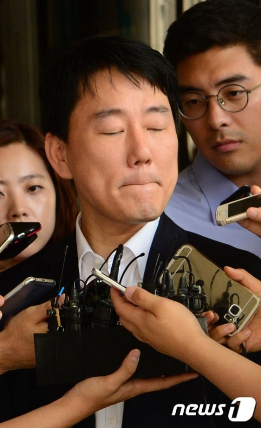 [사진]질문에 곤란해 하는 이장석 대표
