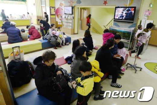소화아동병원에서 어린이와 보호자들이 진료를 기다리고 있다. /뉴스1 © News1 안은나 기자