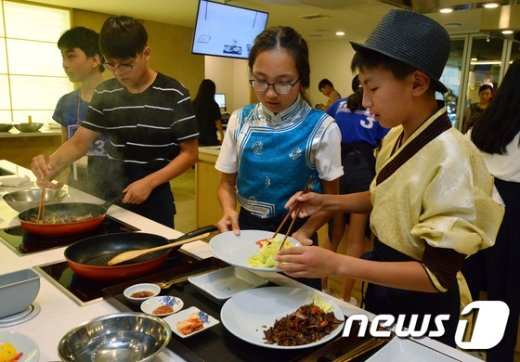 [사진]한식체험하는 몽골학생들