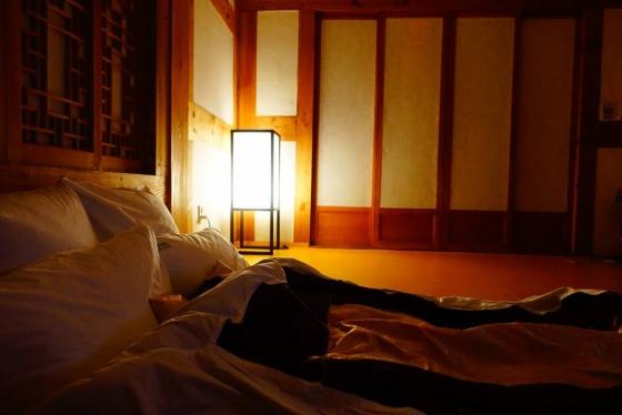 밤이 내려앉고 방 안에 있는 한지로 만들어진 조명을 켰다. 은은한 빛이 숙소를 더욱 아름답게 만든다. /사진=김유진 기자