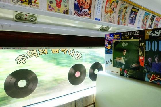 남도해양열차 내 7080 콘셉트로 꾸며진 '추억의 상점' 칸에 있는 추억의 음악다방. 상점 DJ에게 노래를 요청하면 원하는 음악을 들을 수 있다. /사진=김유진 기자