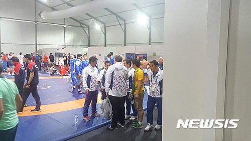 【리우데자네이루=뉴시스】박지혁 기자 = 14일(한국시간) 올림픽 2연패에 도전한 남자 레슬링의 김현우(28·삼성생명)가 심판이 석연찮은 판정 탓에 16강에서 탈락한 가운데 레슬링대표팀이 대책 회의를 하고 있다. 김현우는 이날 브라질 리우 올림픽파크 카리오카 아레나 2에서 열린 2016 리우올림픽 레슬링 남자 그레코로만형 75㎏급 16강전에서 로만 블라소프(러시아)에게 5-7로 패했다. 김현우는 2-6으로 뒤진 경기 종료 30여초를 남기고 패시브를 얻어 가로들기 기술을 성공했지만 심판은 2점만 부여했다.