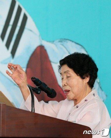 지난해 8월12일 서울 대한민국역사박물관에서 열린 광복 70주년 특별기획전 '독립을 향한 여성영웅들의 행진' 개막식에서 여성독립운동가 오희옥 지사가 '대한독립 만세'를 외치고 있다. /뉴스1 © News1 오대일 기자