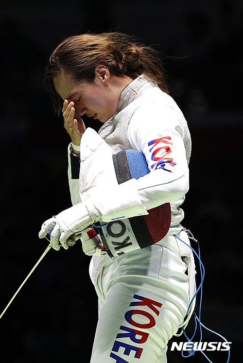 【리우데자네이루=AP/뉴시스】세계랭킹 19위 전희숙이 10일(한국시간) 브라질 리우데자네이루의 카리오카 아레나3에서 열린 2016 리우올림픽 펜싱 여자 플뢰레 16강전에서 세계랭킹 4위 아이다 샤나에바(러시아)에 11-15로 패한 후 아쉬워 하고 있다.