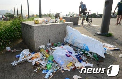 [사진]한강공원 쓰레기 몸살