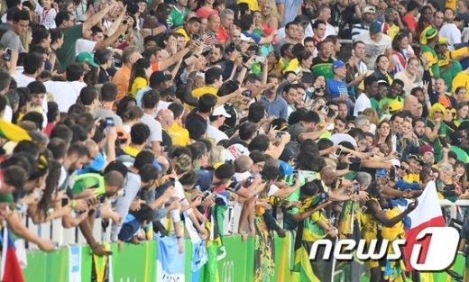 [사진]볼트 '올림픽 3연패 우승 자축은 팬들과 셀카로'