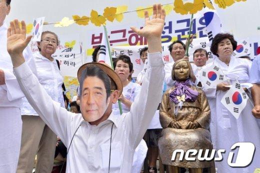 [사진]'소녀상 앞에서 두손 든 아베 총리?'