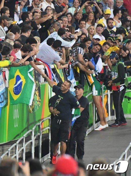 [사진]17년 만에 男 400m 세계新 '너무 기쁜나머지 팬 경기장 난입'