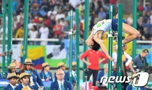 [사진]높이뛰기 우상혁 '이쯤이야 가뿐히'