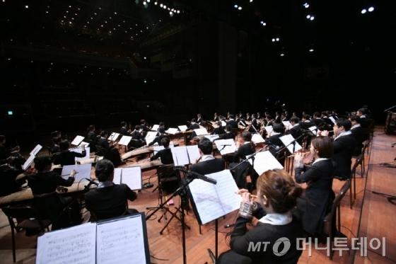 국립국악원 창작악단이 지휘자 없이 선보이는 산조 합주 연주모습. /사진제공=국립국악원