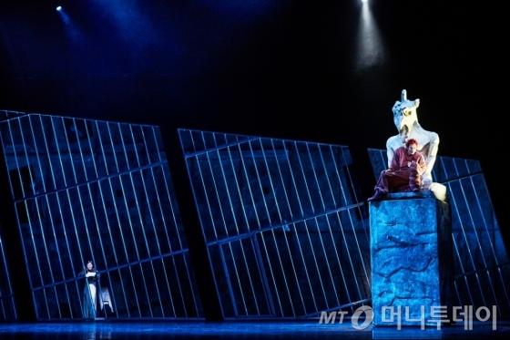종지기 콰지모도와 아름다운 집시여인 에스메랄다의 비극적인 사랑을 그린 뮤지컬 '노트르담 드 파리'의 한 장면. /사진제공=리앤홍